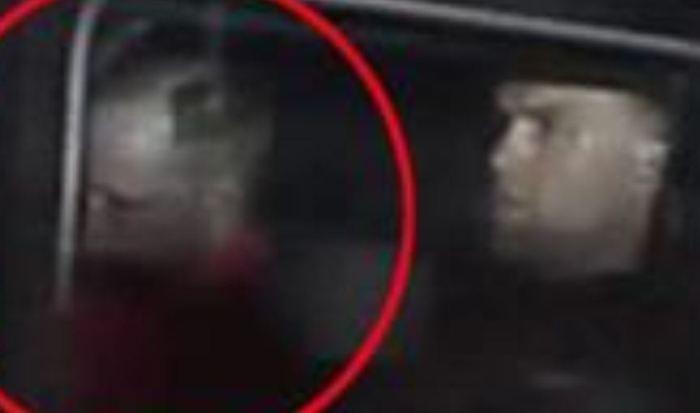 Militärklippt Anders Breivik på väg till tingsrätten i Oslo, blicken rakt fram, huvudet aningen sänkt. Ser samlad men betryckt ut? Gotiska Klubben